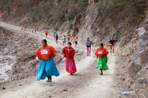 raramuri-women-leading-pack-early-in-race_pablo-lopez-photography